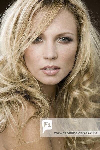 Beauty Portrait junge blonde Frau