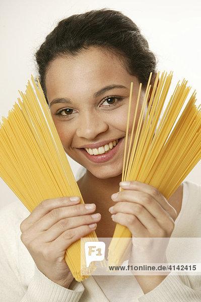 Mädchen mit Spaghetti