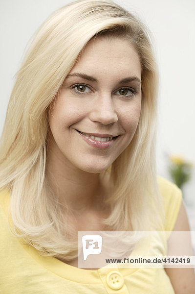 Portrait junge blonde Frau  lächelnd