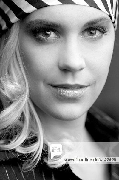 Portrait einer jungen blonden Frau in schwarz-weiß