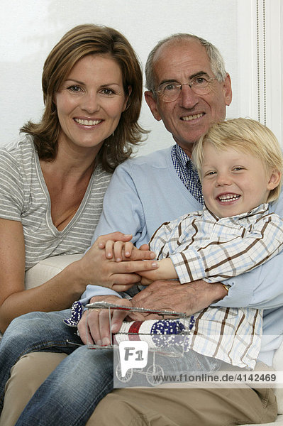 Opa  Tochter und Enkel lächeln in die Kamera  Familienportrait