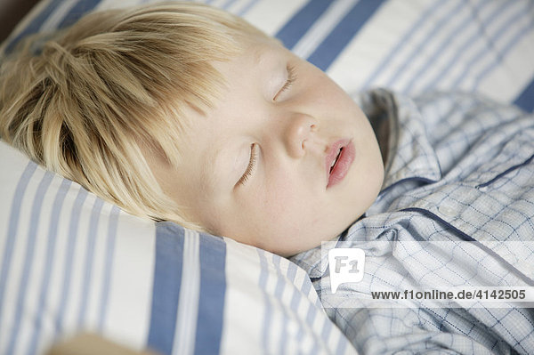 3 - jähriger Junge schläft im Bett