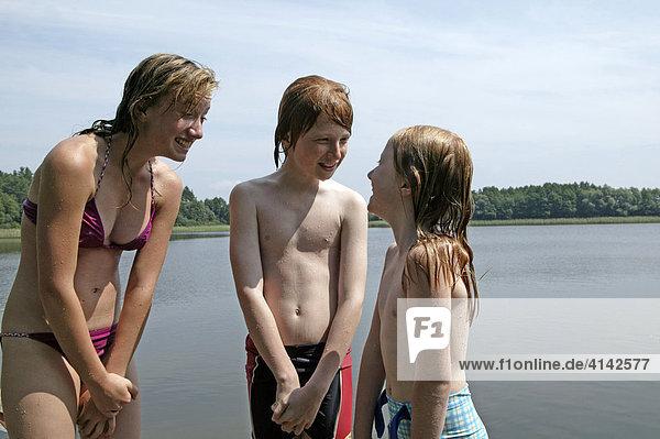 3 Kinder am Badesee  Mecklenburg-Vorpommern  Deutschland