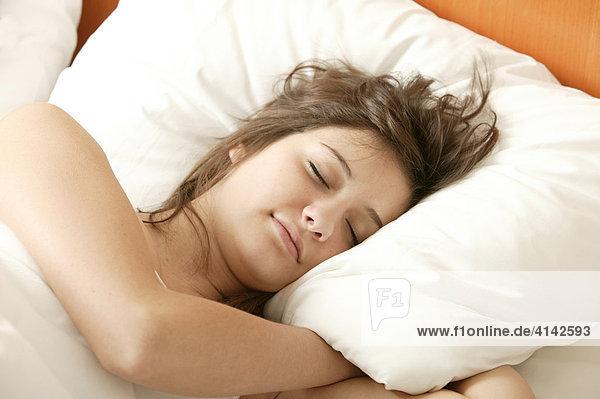 Mädchen  17 Jahre  liegt im Bett und schläft  Nahaufnahme
