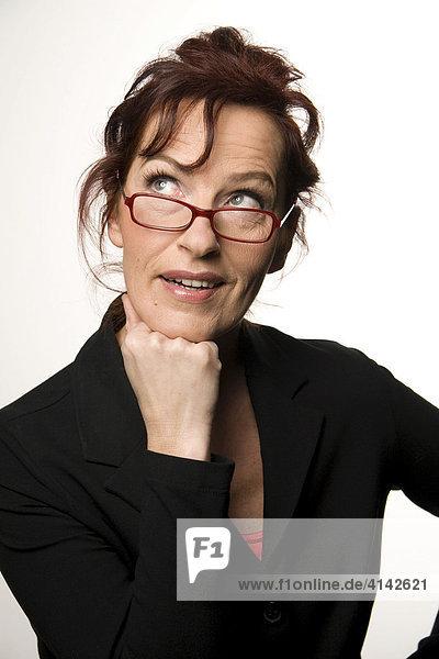 Frau im Business - Dress sieht nachdenklich über die Brille