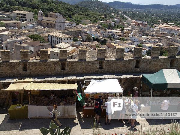 ESP  Spanien  Balearen  Mallorca : Burg oberhalb des Ortes Capdepera  Burgfest.