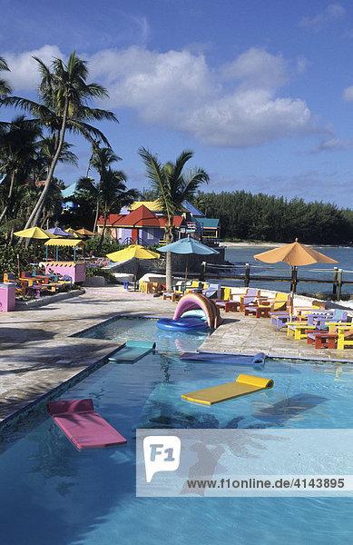 BHS  Bahamas  New Povidence  Nassau: Compass Point Hotel  farbenpraechtiges Luxushotel im lokalen Holzhaus Stil. Unabhängiger Staat der Westindischen Inseln und Mitglied des Commonwealth of Nations  Die Bahamas bestehen aus ueber 700 Inseln.