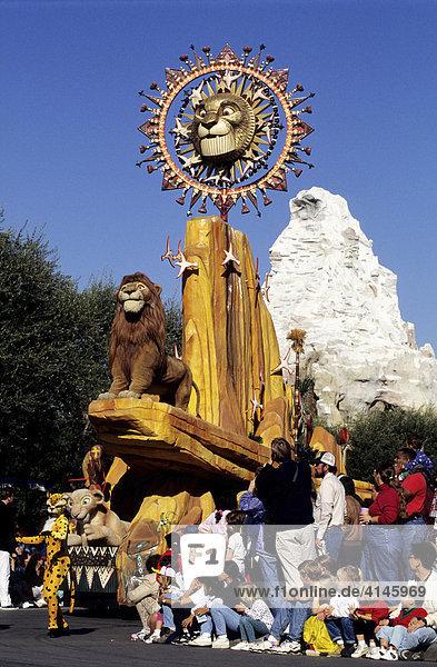 USA  Vereinigte Staaten von Amerika  Kalifornien: Disneyland  grosse Parade im Park  Motive aus Der Koenig der Loewen.