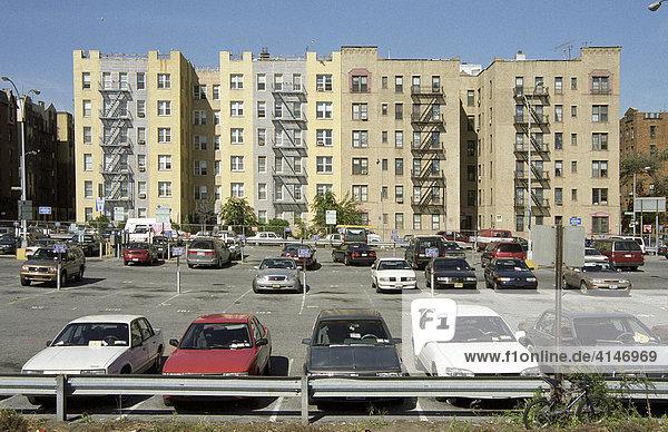 Parkplatz vor Wohnhäusern auf Coney Island  New York  USA.