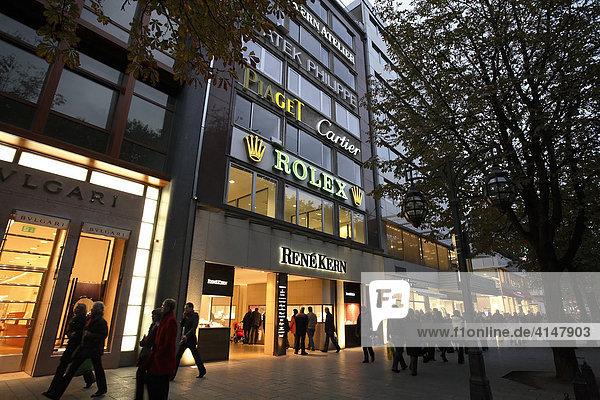 Einkaufsstraße mit Geschäft für Luxus-Uhren  Königsallee  Düsseldorf  Deutschland