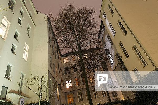 Hinterhof mit beleuchteten Fenstern an der Kantstraße in Charlottenburg  Berlin  Deutschland Hinterhof mit beleuchteten Fenstern an der Kantstraße in Charlottenburg, Berlin, Deutschland