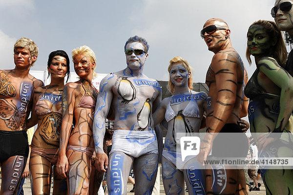 Schöne Menschen mit Bodypainting  Promotiontruppe auf der Loveparade 2007  Essen  NRW  Deutschland