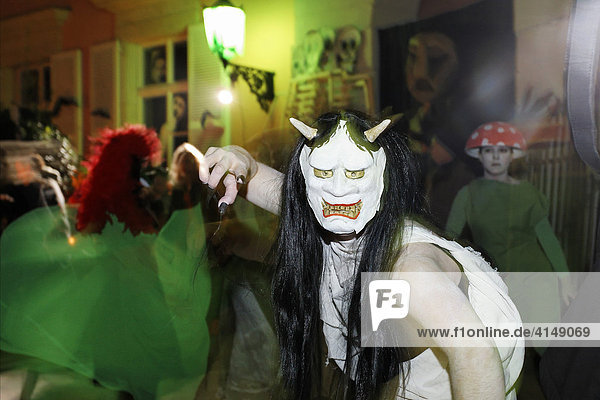 Mädchen mit Gruselmaske erschreckt Zuschauer  Halloween Event für Kinder  Theatermuseum Düsseldorf  NRW  Deutschland