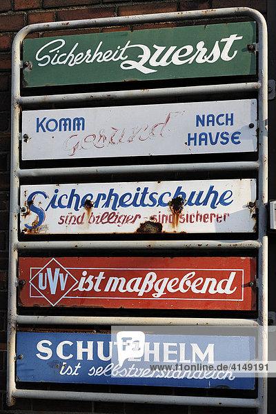 Alte Emailleschilder mit Sprüchen zum Thema Sicherheit  Werkseingang Kraftwerk Hermann Wenzel  Duisburg-Ruhrort  NRW  Deutschland Alte Emailleschilder mit Sprüchen zum Thema Sicherheit, Werkseingang Kraftwerk Hermann Wenzel, Duisburg-Ruhrort, NRW, Deutschland