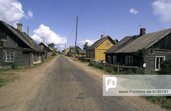 Dorfstraße in Fischerdorf am Peipussee  Mustvee  Estland