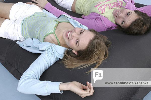 Zwei Mädchen im Freizeitoutfit ruhen sich aus
