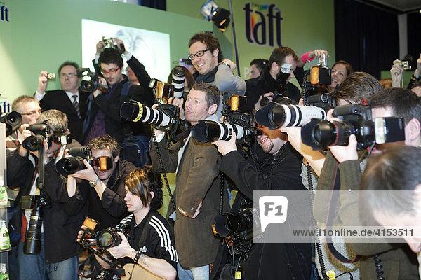 Fotografen während Pressekonferenz der Firma Schwarzkopf  Grandhotel Schloss Bensberg  Bergisch Gladbach  Nordrhein-Westfalen  Deutschland