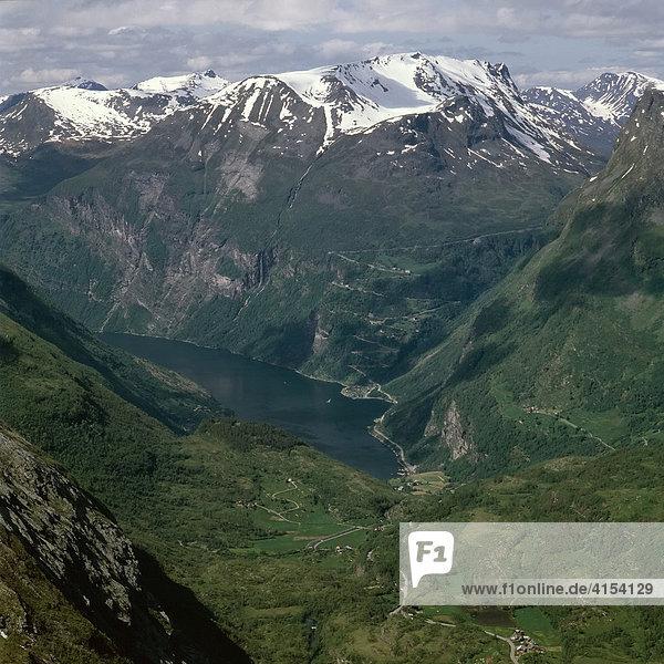 Blick vom Berg Dalsnibba ins Geirangertal  More og Romsdal  West-Norwegen