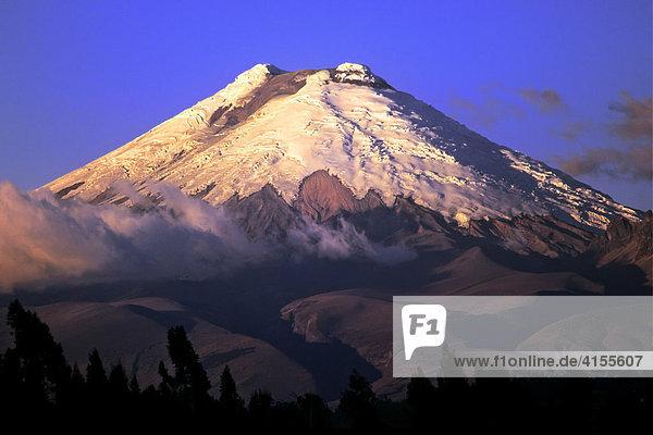 Cotopaxi - mit 5.897 m der zweithöchste Berg Ecuadors  Südamerika