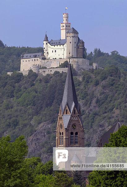 Marksburg zu Braubach mit Pfarrkirche St.Lambertus in Spay im Vordergrund  Mittelrheintal  Rheinland-Pfalz  Deutschland