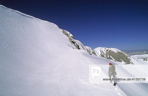 Zwei Bergsteiger auf einem Schneegrat im Dachstein-Gebiet Österreich
