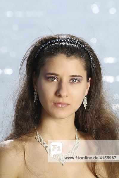 Portrait einer jungen Frau in festlicher Abendgarderobe
