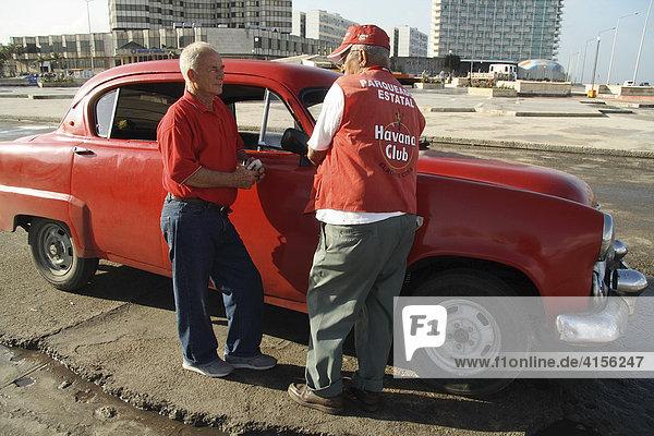 Amerikanischer Oldtimer am Malecon in Havanna Kuba