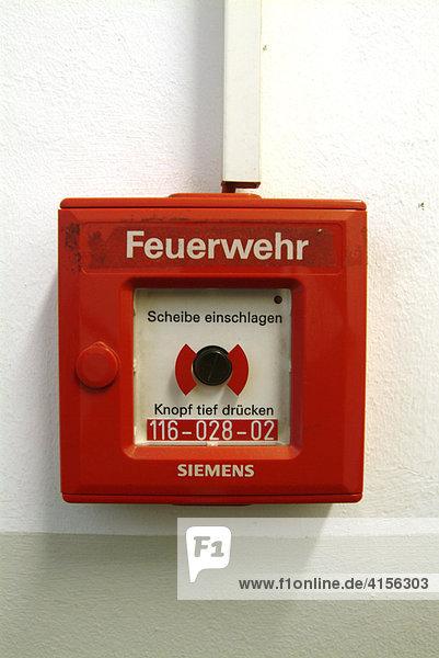 Feuermelder: Feuerwehr. Rot auf Industriewand