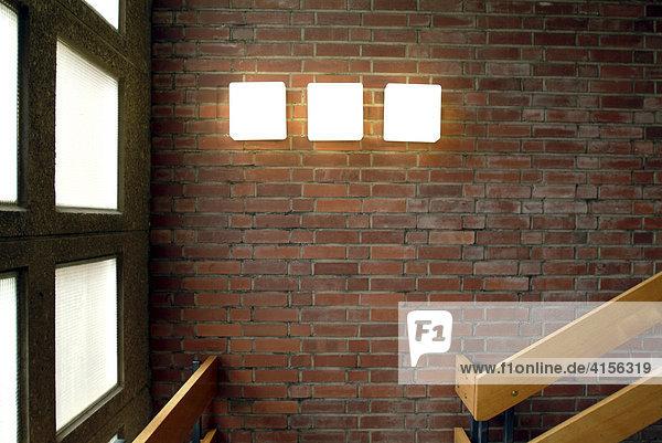 Drei Leuchten leuchten im Treppenhaus