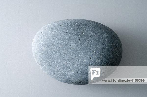 Ovaler grauer Stein
