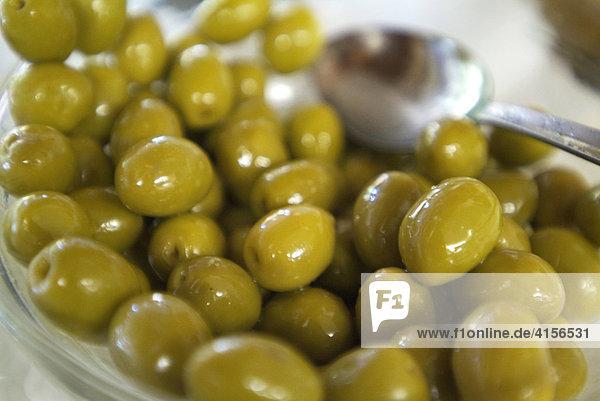 Oliven mit Löffel