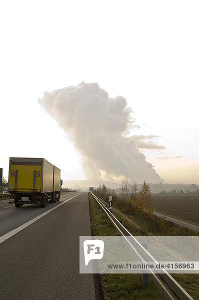 Braunkohlekraftwerk  Wolken durch CO2 Ausstoß