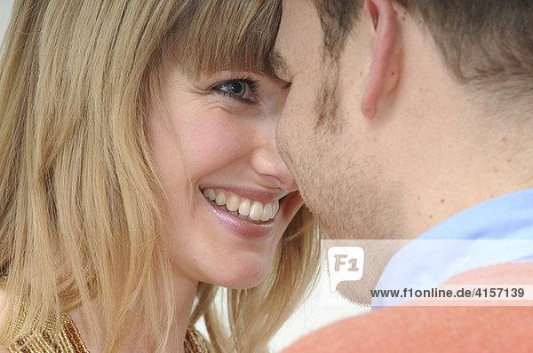 Paar sieht sich in die Augen