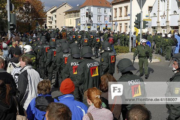 Polizisten sichern eine Demonstration - Singen  Landkreis Konstanz  Deutschland  Europa.