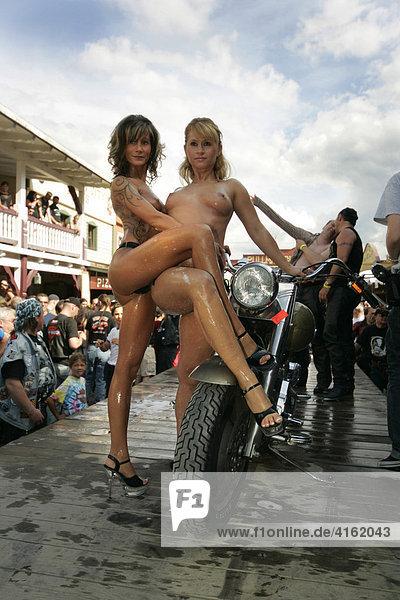 Frauen päsentieren sich nackt auf einer Harley Davidson.Bikewash  Harley Davidson stampede  Westernstadt Eging am See (Pressetermin)  Passau  Bayern  Deutschland.