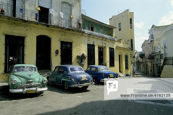 Amerikanischer Strassenkreuzer in der Altstadt  Havanna  Kuba