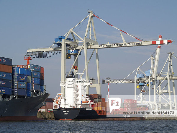 Containerschiff im Hafen  Hamburg  Deutschland