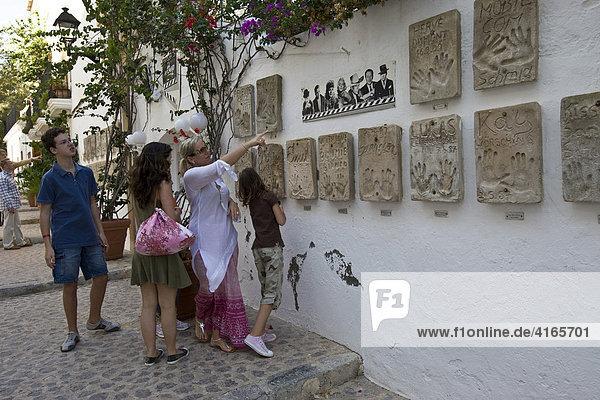 Berühmtes Hotel El Palacio mit Händeabdrücken prominenter Schauspieler in Ibiza  Balearen  Spanien