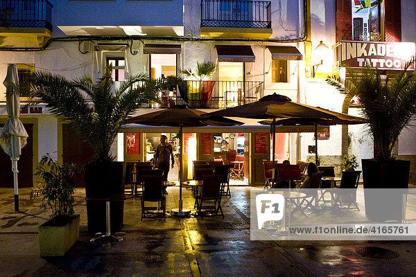 Restaurant in der Altstadt von Eivissa in der Abenddämmerung  Ibiza  Balearen  Spanien