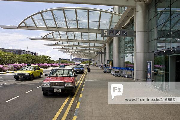 Wartende Taxis vor dem Changi Airport  Flughafen Singapur  Stadtstaat  Republik Singapur  Südostasien