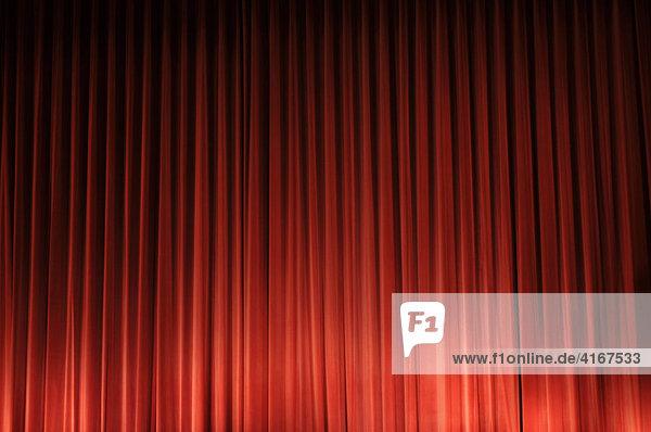 Roter Vorhang in einem Kino