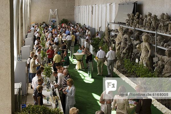 Weinverkostung in der Orangerie im Hofgarten der Residenz Würzburg Unterfranken Bayern