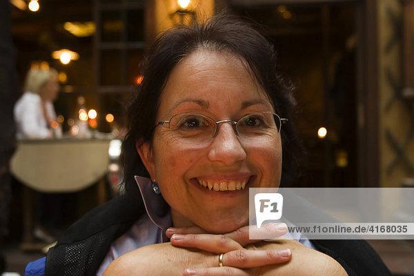 Frau in Würzburg Restaurant Backöfele Unterfranken Bayern