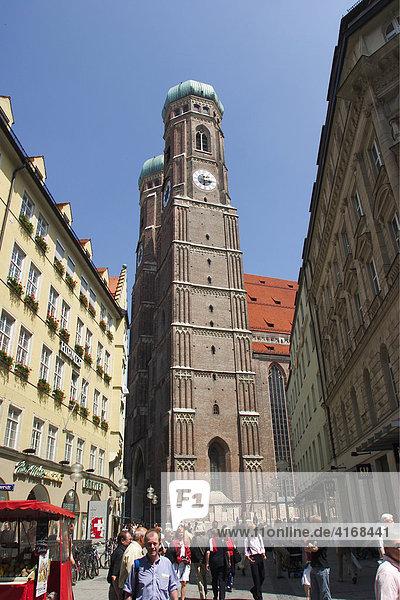 Frauenkirche in München - Blick über Liebfrauenstraße - Bayern