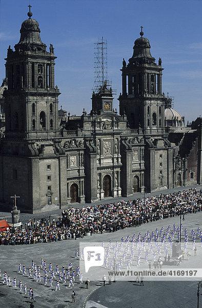 Mexico D.F. Mexiko-Stadt Paraden auf ZÛcalo Kathedrale am Nationalfeiertag 20.November