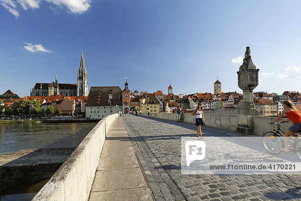 Regensburg  Stone Bridge  Bruecktor  cathedral  Danube  Upper Palatinate  Bavaria  Germany