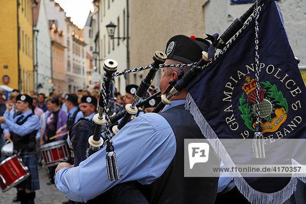 Schottische Dudelsack-Musikgruppe Grampian Police  Bürgerfest Regensburg  Oberpfalz  Bayern