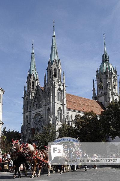Wiesn-Einzug der Festwirte und Brauereien  Käfers Wiesn Schänke  Paulskirche  Oktoberfest München  Bayern