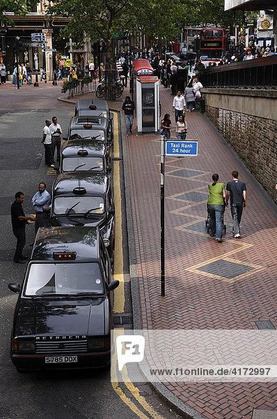 Englische Taxis  Taxistand am Bahnhof  Birmingham  Mittelengland  England  GB  Europa