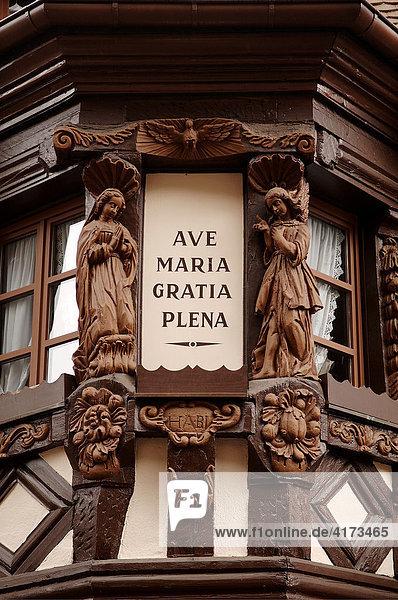 Zwei Engelfiguren aus Holz an einem Haus  Ribeauvillé  Elsaß  Frankreich
